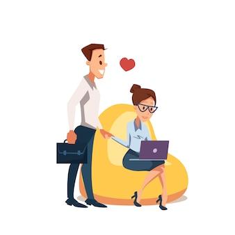 Casal apaixonado sente-se na cadeira de beanbag com laptop
