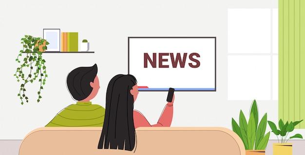 Casal assistindo tv programa de notícias diário na televisão homem mulher sentada no sofá sala de estar interior retrovisor retrato ilustração horizontal