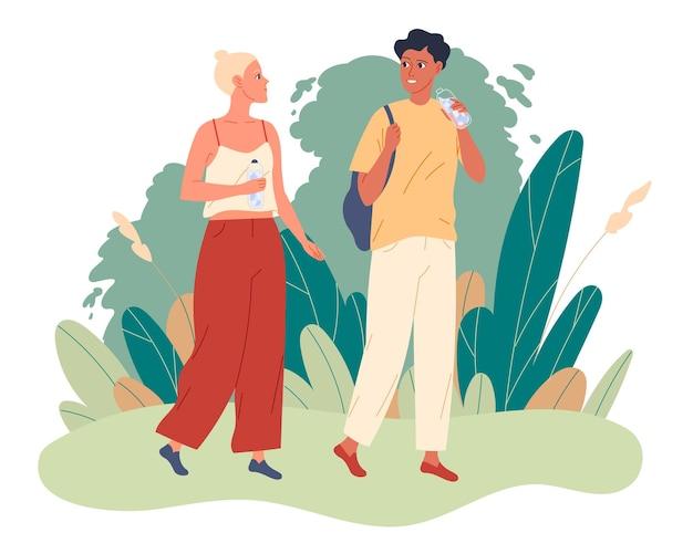 Casal caminha no parque e eles bebem água.