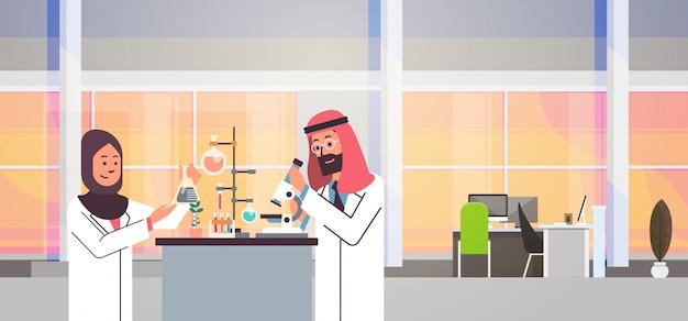 Casal cientistas árabes trabalhando banner