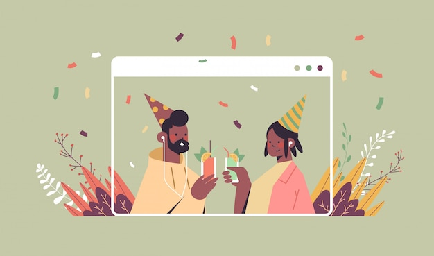 Casal com chapéus festivos comemorando a festa de aniversário online