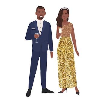 Casal com roupas de noite elegantes e chiques bebendo álcool isolado