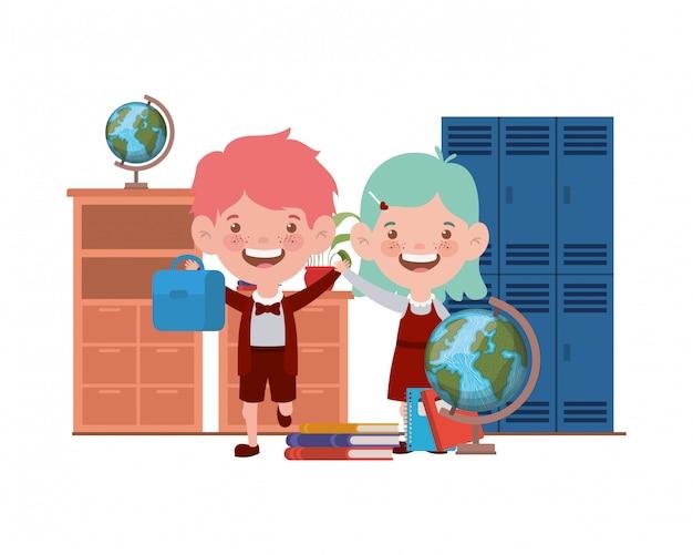 Casal de alunos com material escolar na sala de aula