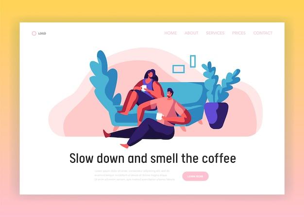 Casal de amantes relaxa página inicial. homem e mulher sentam-se no modelo de site de sofá confortável. os pares sorridentes bebem chá ou café. pessoas lazer estilo de vida flat cartoon ilustração em vetor