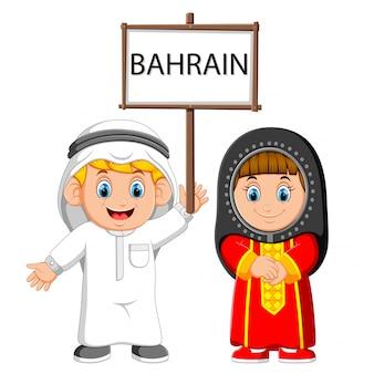 Casal de bahrain cartoon vestindo trajes tradicionais