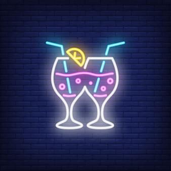 Casal de copos de cocktails. elemento de sinal de néon