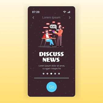 Casal de designers conversando durante uma reunião, discutindo notícias diárias, bate-papo bolha conceito de comunicação tela do smartphone