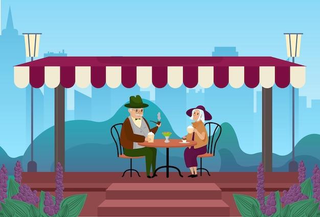Casal de idosos bebe café juntos na rua da cidade, ao ar livre, no café, reunindo-se e conversando