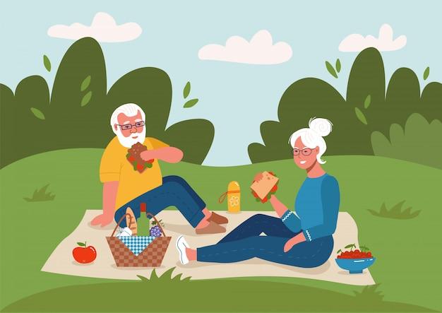 Casal de idosos fazendo piquenique ao ar livre ilustração de desenho plano de aposentadoria feliz. homem idoso e mulher sentada no chão.