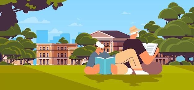 Casal de idosos lendo livros no parque urbano. velho e família passando um tempo juntos, relaxamento, aposentadoria