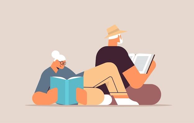 Casal de idosos lendo livros, velho e família de mulher passando um tempo juntos, relaxamento, aposentadoria, conceito