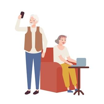 Casal de idosos usando dispositivos modernos. avó trabalhando no laptop e avô tomando selfie no smartphone. velho e mulher sorridentes, feliz aposentadoria. ilustração em estilo cartoon plana.