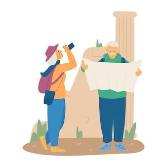 Casal de idosos viajando plana. velha senhora de chapéu, tirando foto de ruínas antigas, homem sênior, olhando para o mapa. aposentadoria ativa.