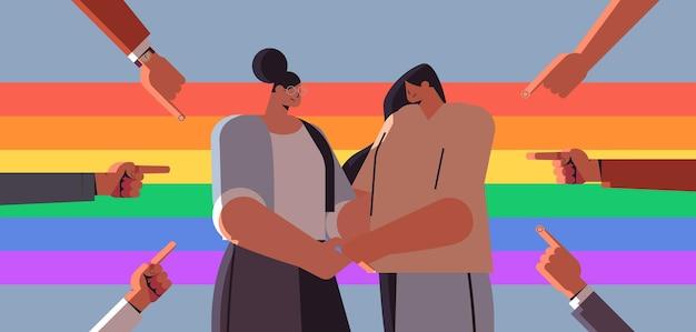 Casal de lésbicas infeliz rodeado por mãos, dedos, zombando da discriminação, transgênero, amor, comunidade lgbt, conceito, retrato, ilustração vetorial horizontal