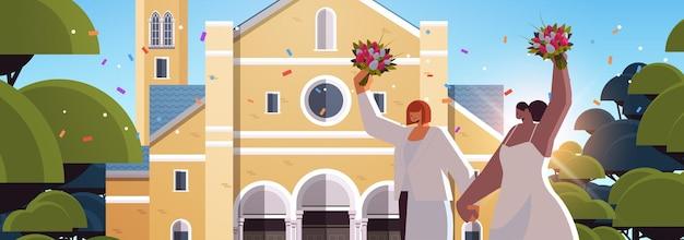 Casal de lésbicas recém-casado com flores em pé perto da igreja transgênero amor comunidade lgbt casamento celebração conceito retrato ilustração vetorial horizontal