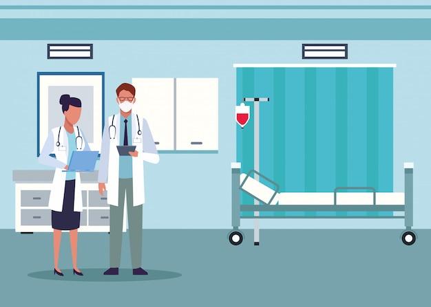 Casal de médicos usando máscaras médicas no quarto do hospital