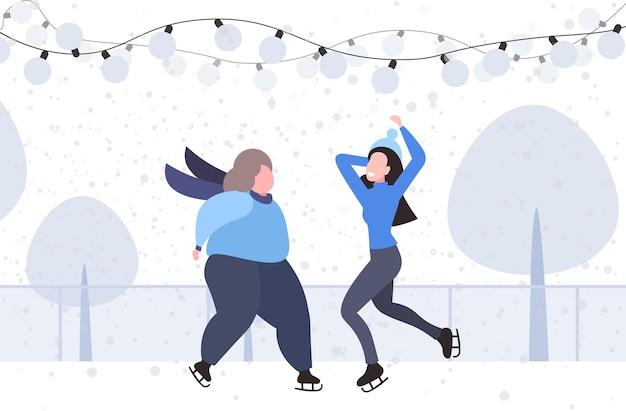 Casal de meninas na pista de patinação no gelo feliz natal conceito de feriados de ano novo mulheres gordas e magras passando tempo juntos paisagem de inverno ilustração vetorial horizontal de comprimento total