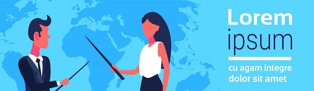 Casal de negócios apontando para o mapa do mundo