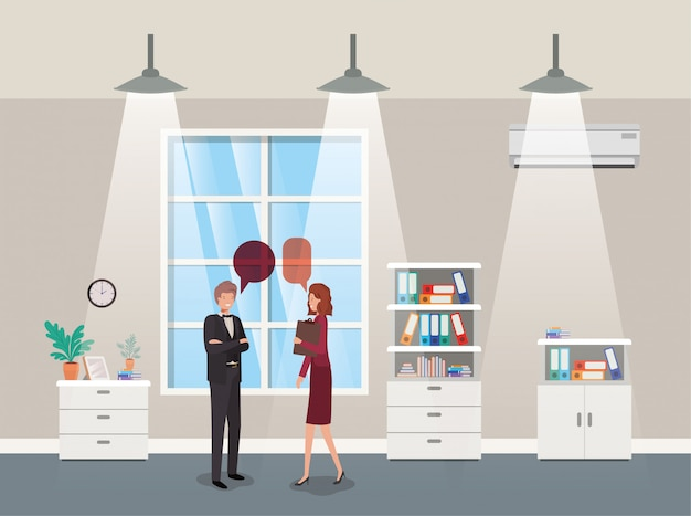 Casal de negócios falando no escritório do corredor