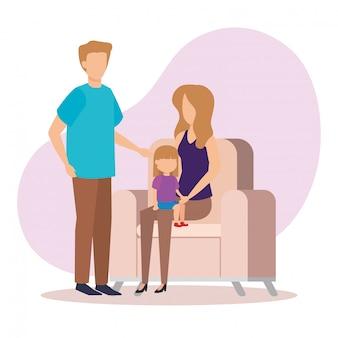 Casal de pais com filha no sofá