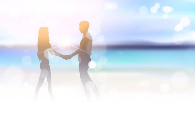 Casal de silhueta segurando as mãos no fundo de bokeh de bela praia do mar