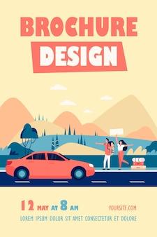 Casal de turistas felizes com mochilas e coisas de acampamento pegando carona na estrada e passando o polegar no modelo de folheto de carro amarelo