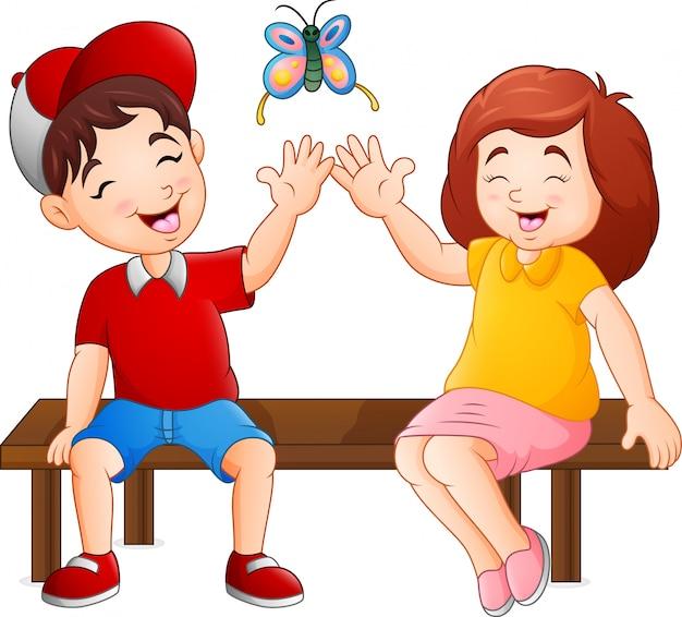 Casal dos desenhos animados, sentado no banco jogando borboletas