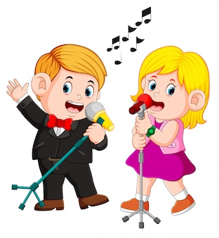 Casal engraçado bonito emocionalmente cantando músicas