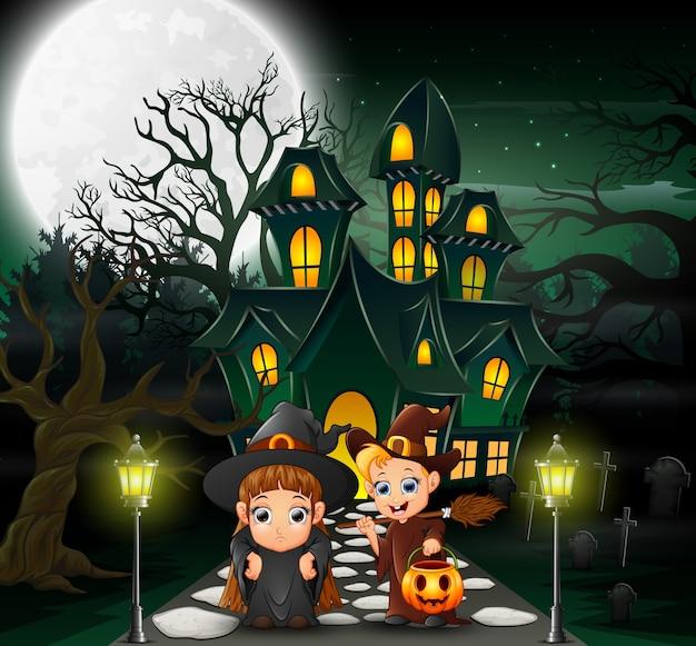 Casal feliz bruxa na frente da casa assombrada