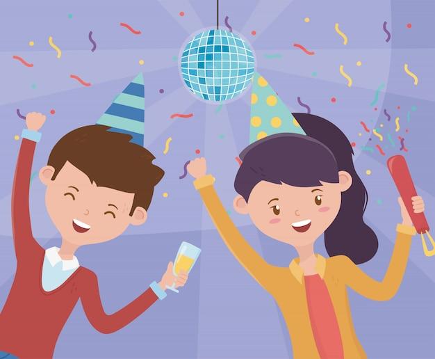 Casal feliz com festa de celebração de chapéus de bola de discoteca ceofetti