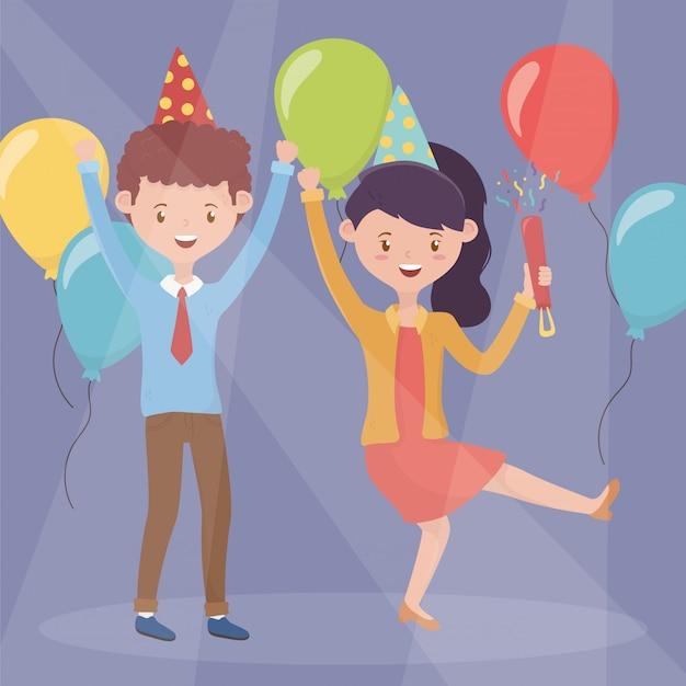 Casal feliz com festa de celebração de coquetéis e balões