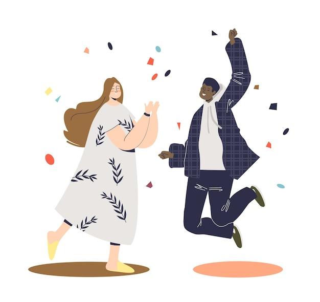 Casal feliz e animado comemorando o sucesso ou evento de feriado, sorrindo e pulando.