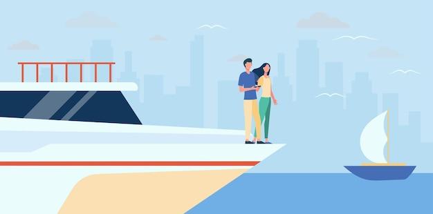 Casal feliz em pé na beira do iate. mar, paisagem urbana, ilustração plana de riqueza. ilustração de desenho animado
