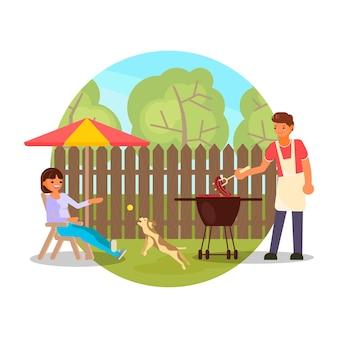 Casal feliz fazendo churrasco em um churrasco de piquenique plano ao ar livre no quintal