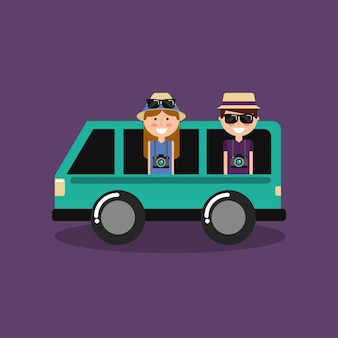 Casal feliz férias de viajantes em van de carro