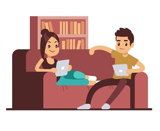 Casal feliz no sofá com comprimidos. jovem e mulher relaxando em casa
