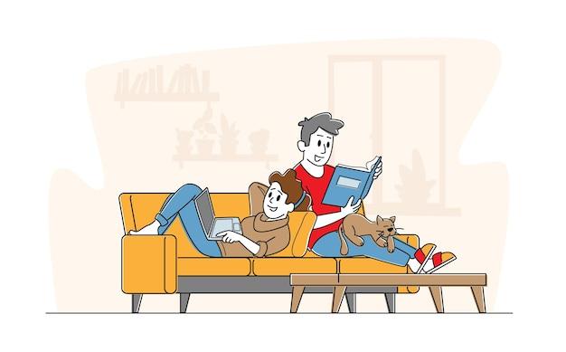 Casal feliz relaxando juntos em casa, sentado no sofá com um livro e um laptop.