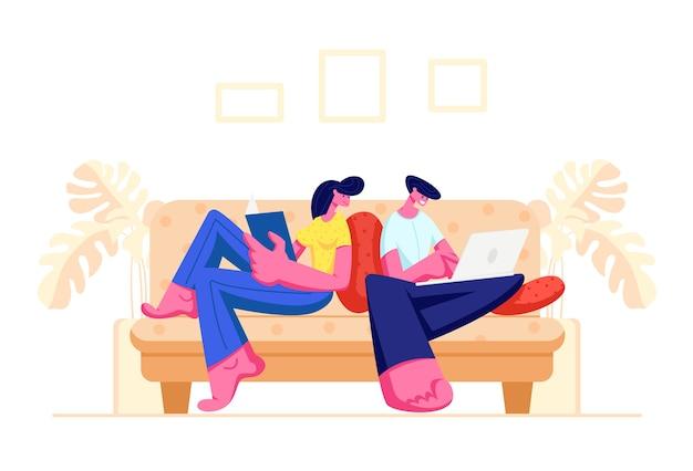 Casal feliz relaxando juntos em casa, sentado no sofá com um livro e um laptop