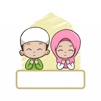 Casal fofo crianças muçulmanas rezam