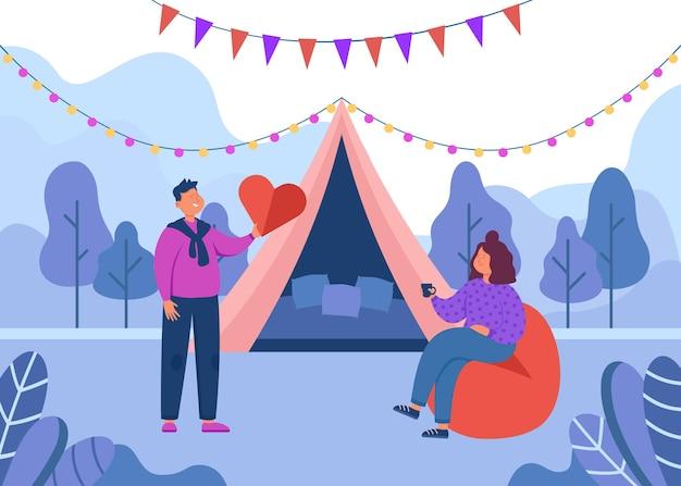 Casal fofo de turistas em viagem romântica ao campo