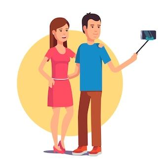 Casal fotografando-se na vara selfie