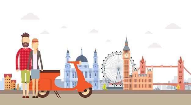 Casal hipster com scooter de moto sobre a vista da cidade de londres