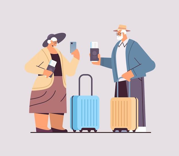 Casal idoso de avós de turistas com passaportes de bagagem e bilhetes prontos para embarque no aeroporto conceito de viagem de férias horizontal ilustração vetorial de corpo inteiro