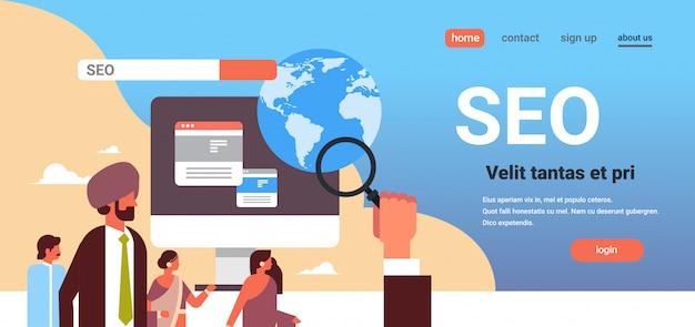 Casal indiano de monitoramento usando lupa seo banner de otimização de mecanismo de busca