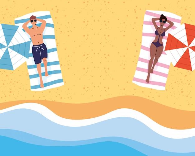 Casal interracial na praia praticando cena social de distanciamento, férias de verão