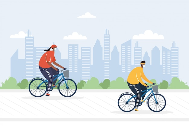 Casal jovem andando de bicicleta usando máscaras médicas