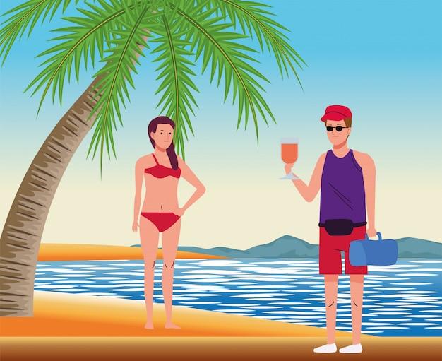 Casal jovem usando maiôs na cena da praia