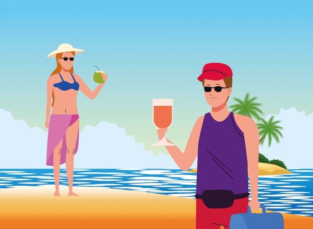 Casal jovem vestindo maiôs e bebendo coquetéis na cena da praia
