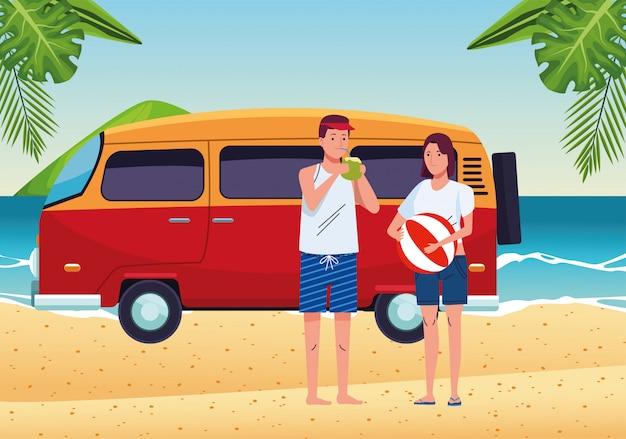 Casal jovem vestindo maiôs e van na cena da praia