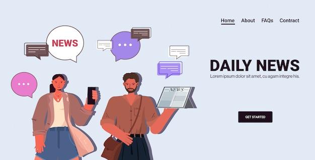 Casal lendo e discutindo notícias diárias bate-papo bolha comunicação imprensa conceito de mídia de massa. homem mulher usando dispositivos digitais ilustração cópia horizontal retrato